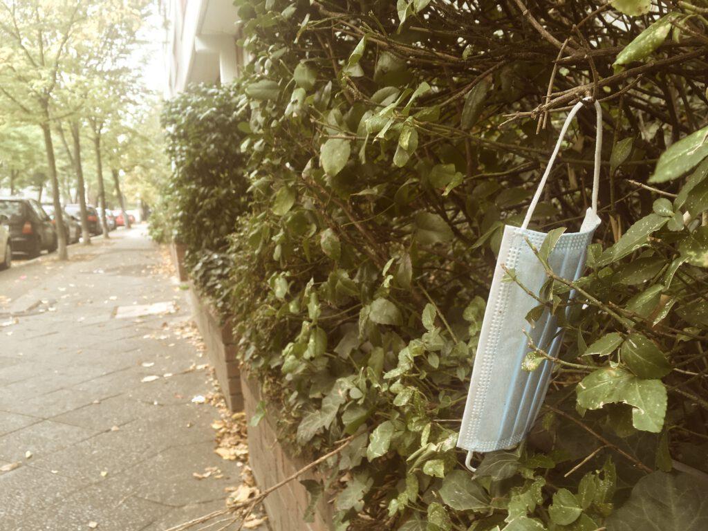 Weggeworfene Einwegmasken prägen das Stadtbild