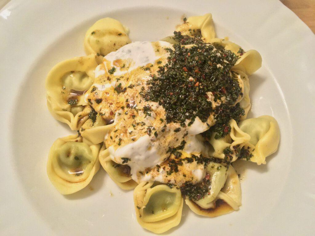 Mantı-Tortellini mit Joghurt- und Öl-Butter-Petersilie-Mix