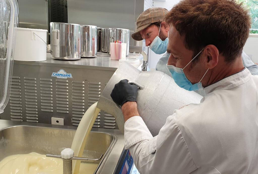 In Kempten produzieren Gelatiere jetzt ein eigenes Heumilch-Eis in verschiedenen Varianten.