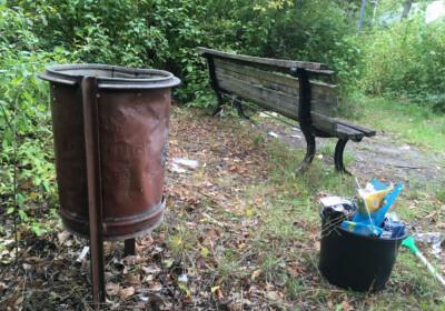 Müllcontainer hat keinen Boden, alles vermüllt rings um die Bank am Gelände des Kinder- und Jugendzentrums Lessinghöhe