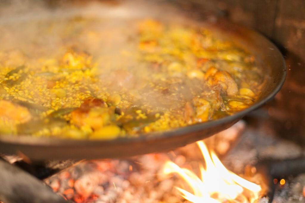 Serviert wird nach 5-6 Minuten Ruhezeit in der Paella-Pfanne selbst. Guten Appetit. Foto: Mike Water für World Paella Day